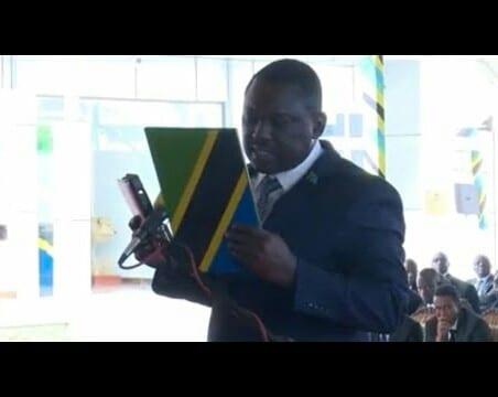 Tanzanie : difficile de prêter serment, un ministre perd son poste