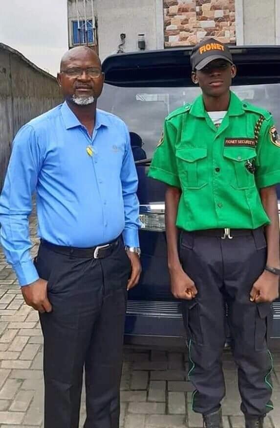 Un père recrute son fils comme agent de sécurité dans sa société