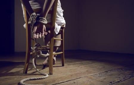 «Diary Sow a la bouche ligotée, attachée sur une chaise»