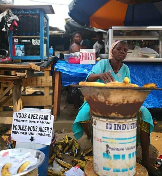 Abidjan : Une femme aide les passants affamés n'ayant pas l'argent