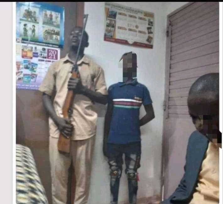 Côte d'Ivoire : Un élève ramène un fusil en classe après la saisie de son portable