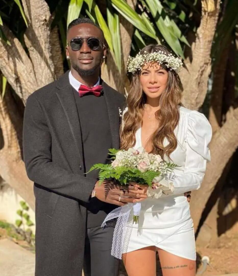 Les Internautes Attaquent Ce Footballeur Ivoirien Parce Qu'il A épouse Une  Européenne