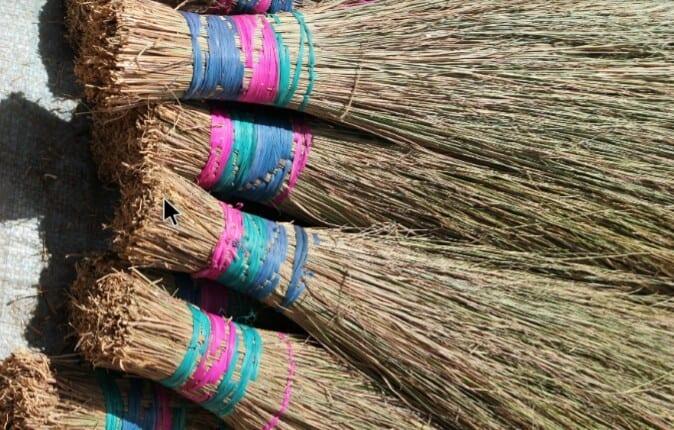 Afrique :les balais traditionnels sont-ils toujours efficaces ?