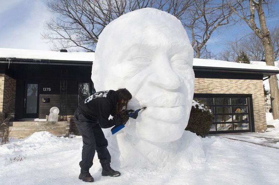 Canada : un artiste sculpte un buste géant de George Floyd avec de la neige