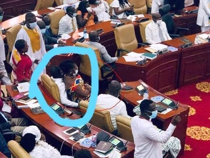 Ghana :une députée du parti au pouvoir s'assoit sur les genoux d'un député de l'opposition(photo)