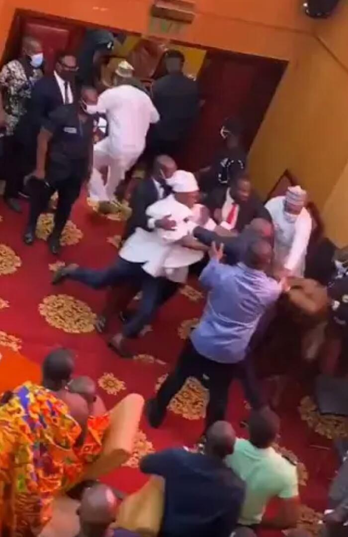 Ghana :des députés se battentviolemment(vidéo)