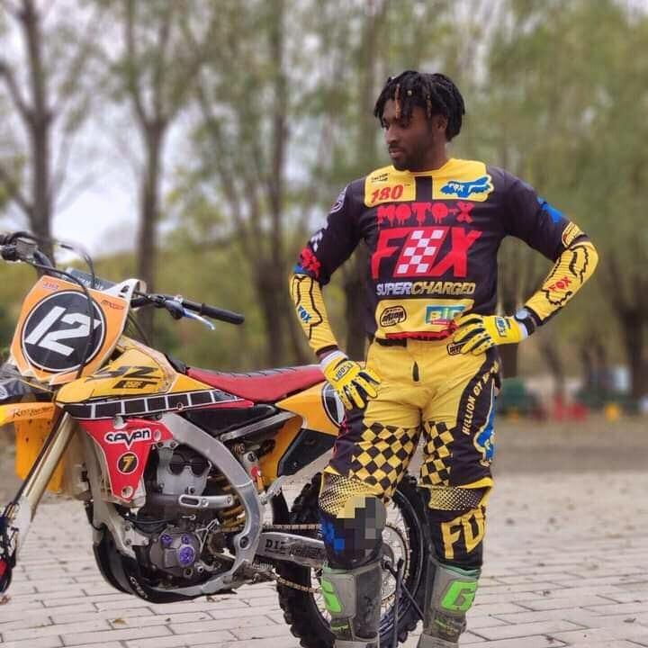 Togo : un expert en motocross brûle le nouveau testament ( photos)