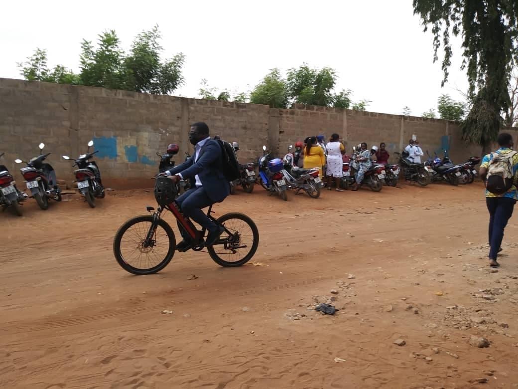 Togo: Ce maire débarque au boulot sur vélo (photos)