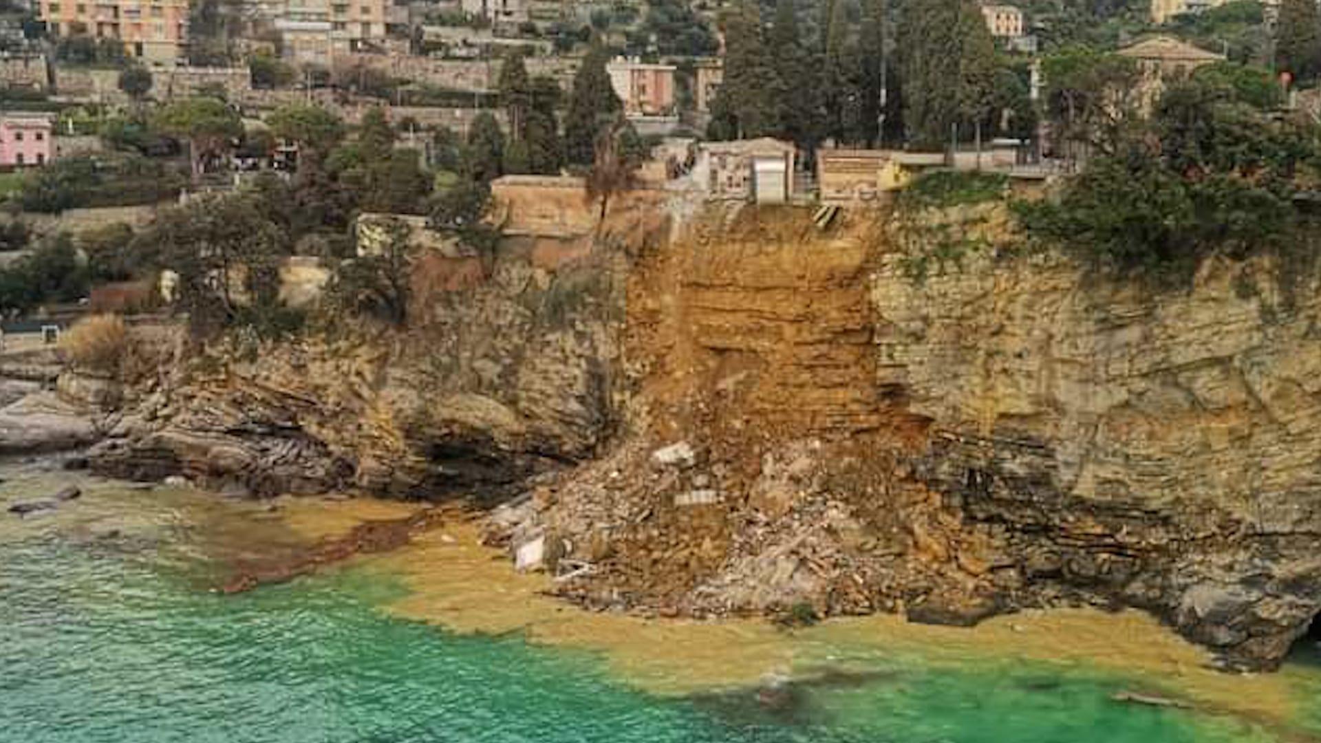 Italie: Un Cimetière S'Effondre Dans La Mer, Environ 200 Cercueils À L'Eau