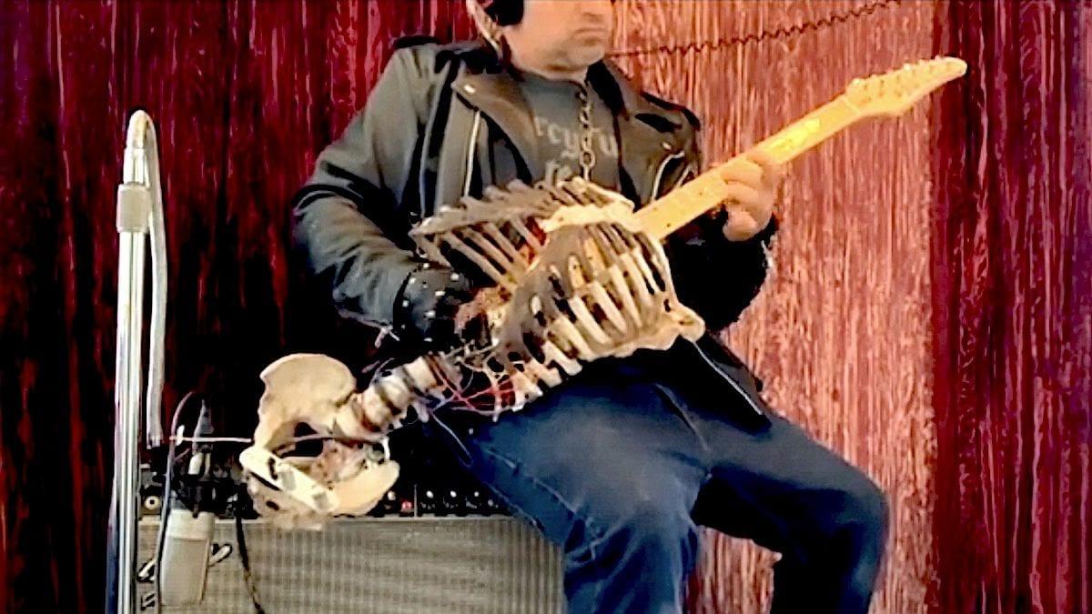 Un Britannique transforme le squelette de son oncle en guitareélectrique