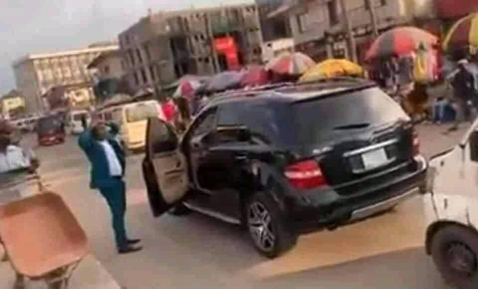 Nigéria: Il Sort De Son Bolide Puis Se Déshabille En Pleine Rue