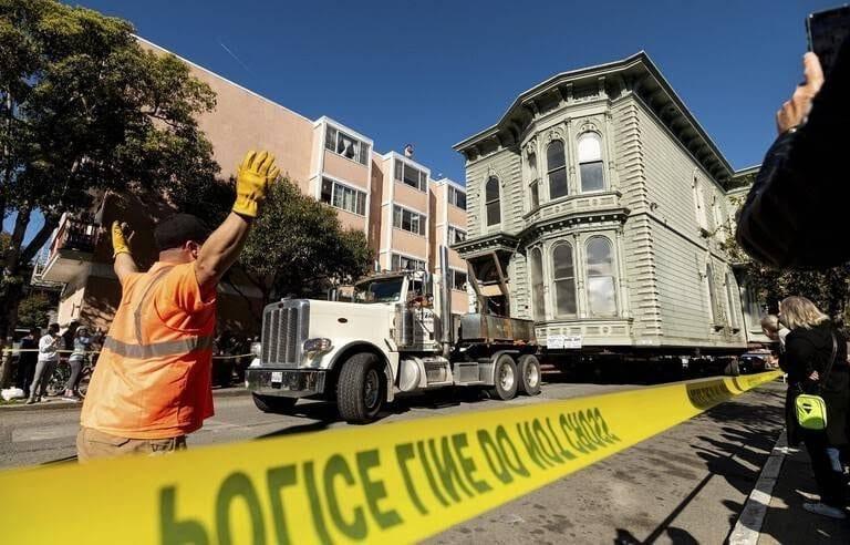 Usa : Déplacement D'Une Maison De Deux Étages Jusqu'À Une Nouvelle Adresse