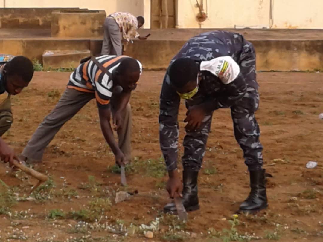 Togo : Civils Et Policiers Rendent Propre Un Centre De Santé ( Photos)