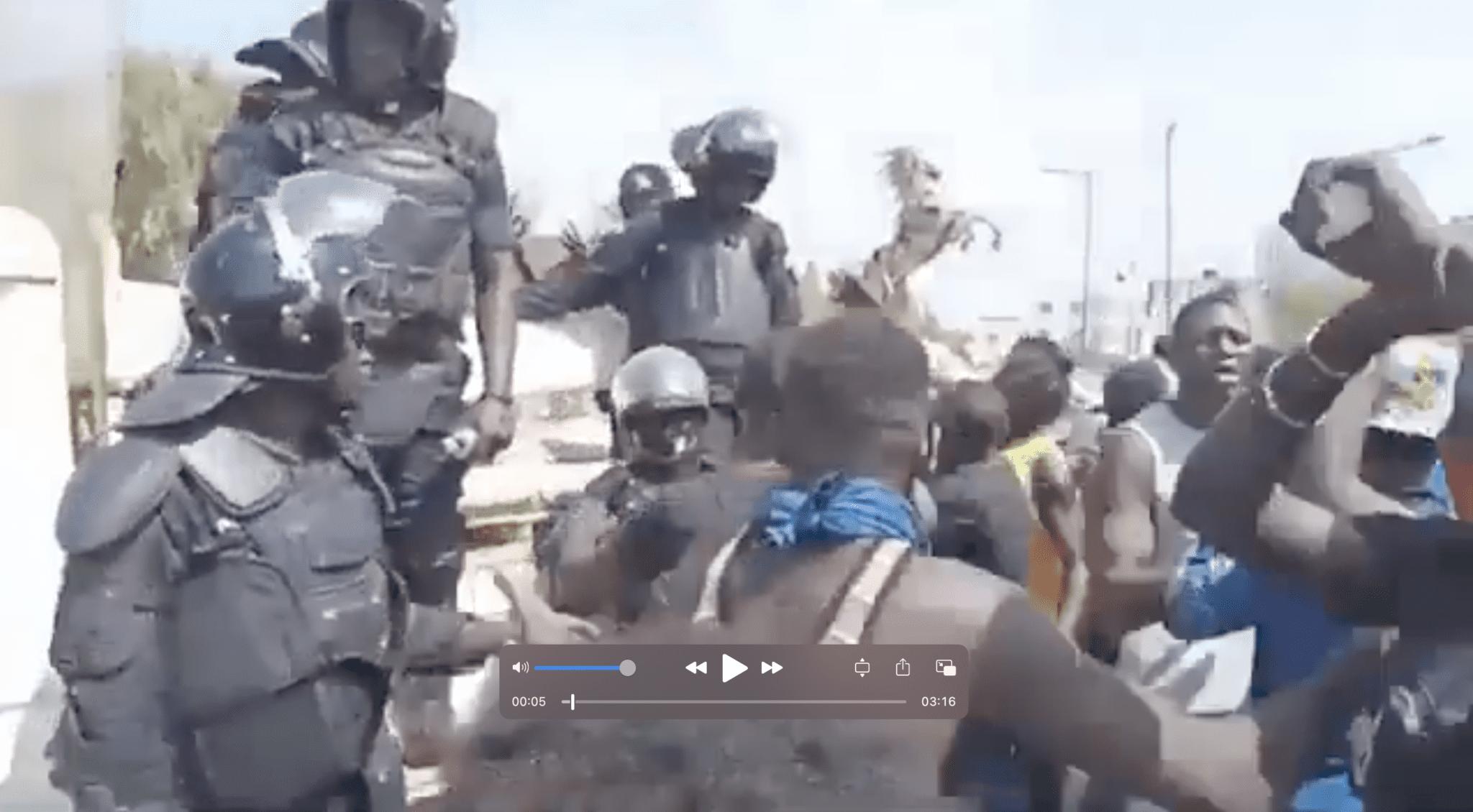 Sénégal : Policiers Et Manifestants Se Saluent Chaleureusement En Pleine Manifestation (Vidéo)