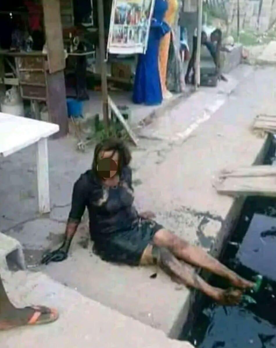 Concentrée sur son téléphone, cette femme tombe dans un caniveau
