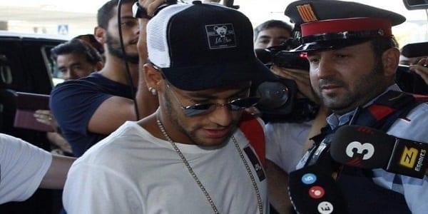 Brésil : Neymar blessé par trois fans surexcités à sa sortie de bus-(Vidéo)