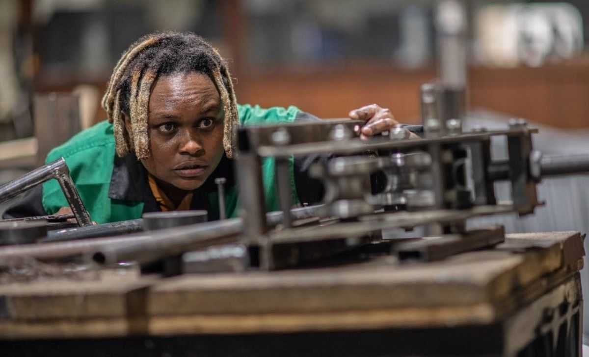 L'Afrique créative : une Kényane recycle du plastique en brique 5 fois plus résistante que le béton
