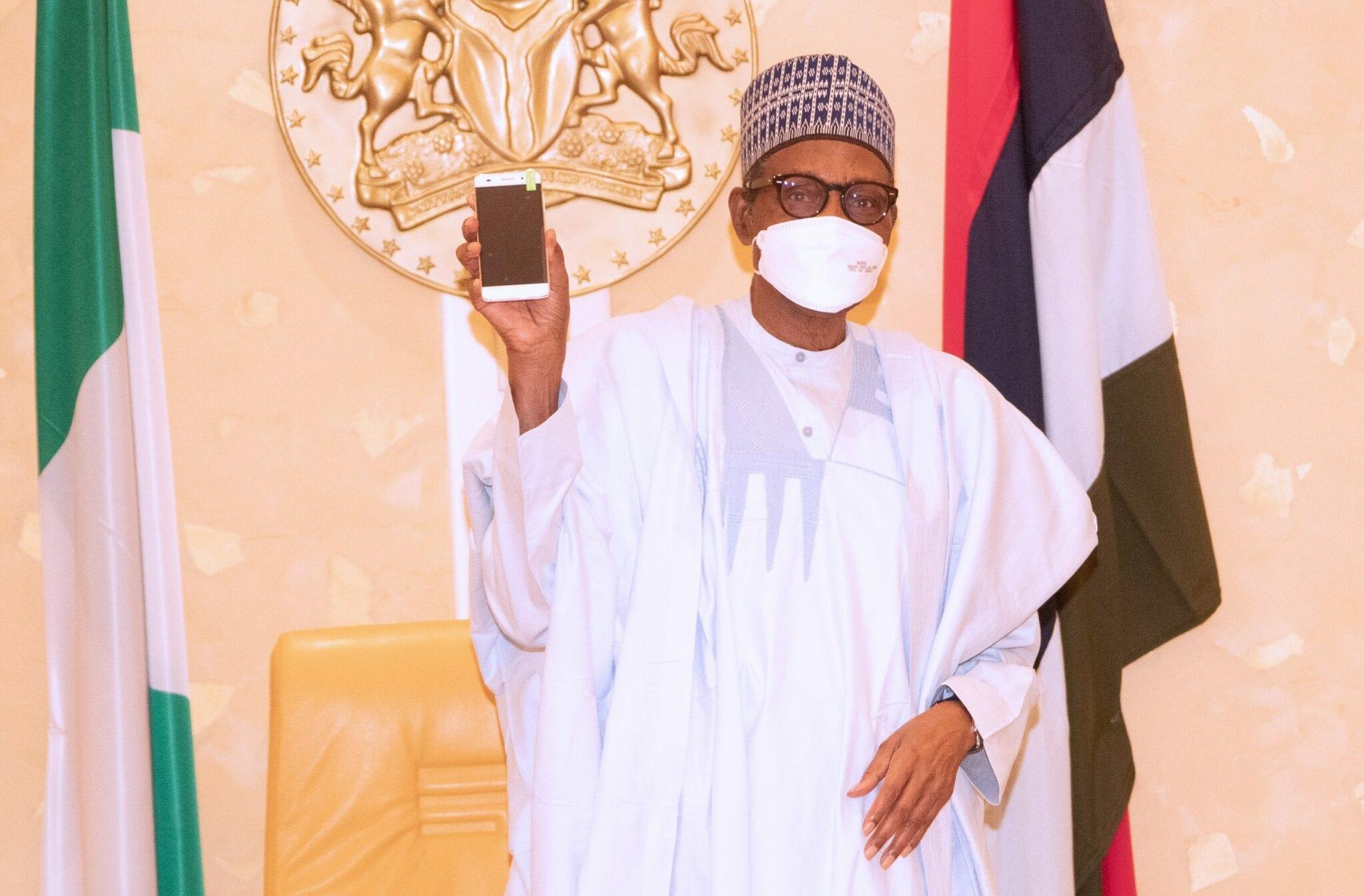 Le président Buhari reçoit le premier téléphone «made in Nigeria»