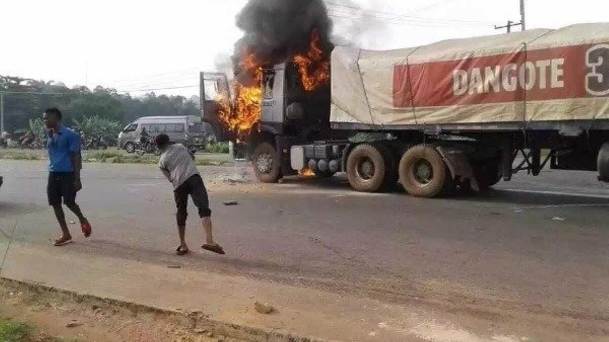 Nigeria : un camion de Dangote incendié, le chauffeur échappe au lynchage